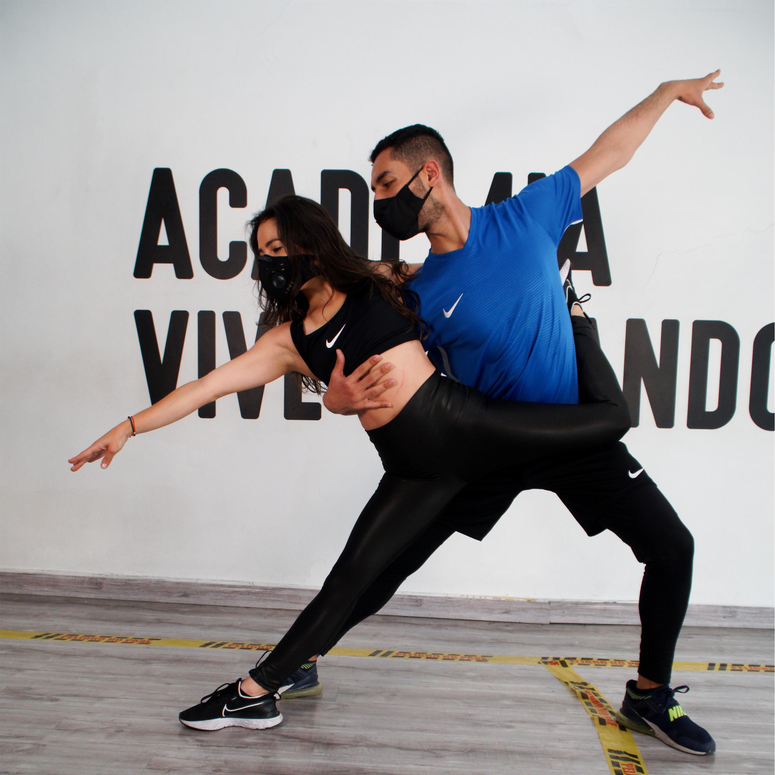 Imagen que muestra una pareja tomando clases de baile.